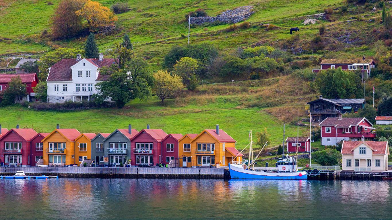 Обои для рабочего стола Норвегия Port de Kaupanger Залив Пристань Здания Города 1366x768 Пирсы залива заливы Причалы Дома город