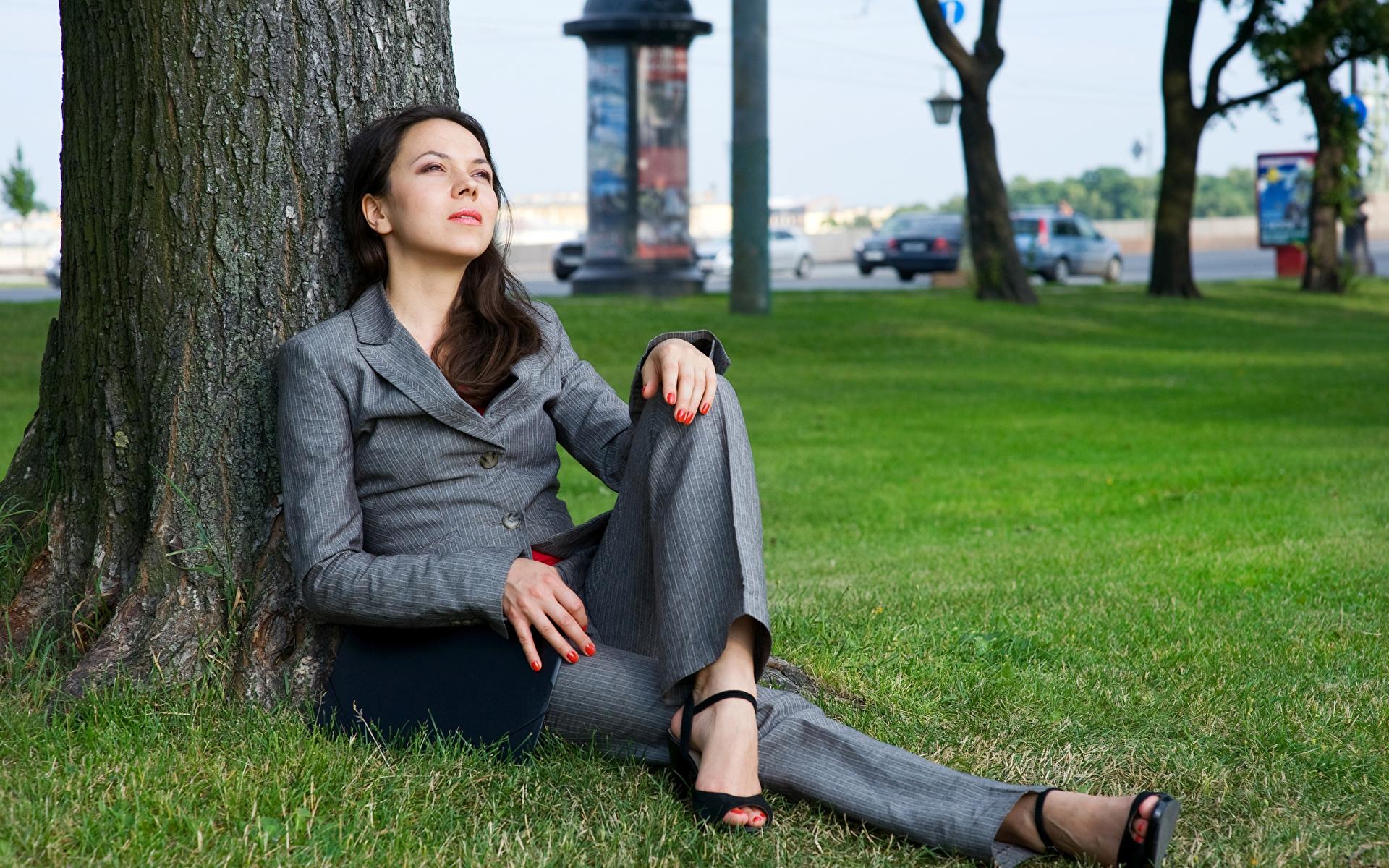 Bilder von Brünette Mädchens Baumstamm Anzug Sitzend Blick 1920x1200 Starren