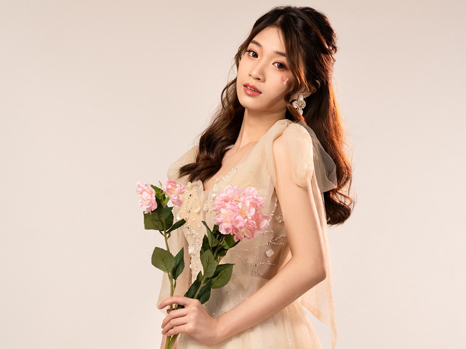 Fotos Sträuße junge Frauen Asiatische Blick 1600x1200 Blumensträuße Mädchens junge frau Asiaten asiatisches Starren