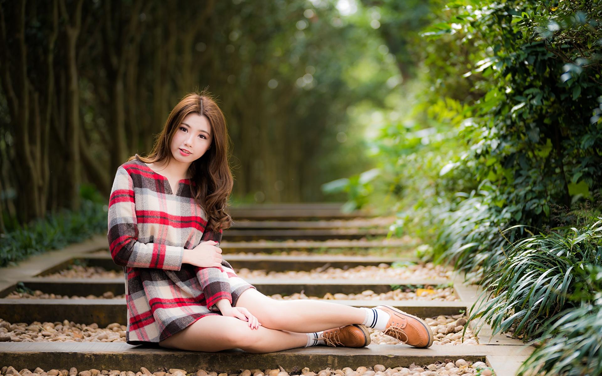 1920x1200 Asiático Bokeh Cabello castaño Sentado Mano Pierna mujer joven, mujeres jóvenes, asiática, pelo castaño, sentada, fondo borroso Chicas