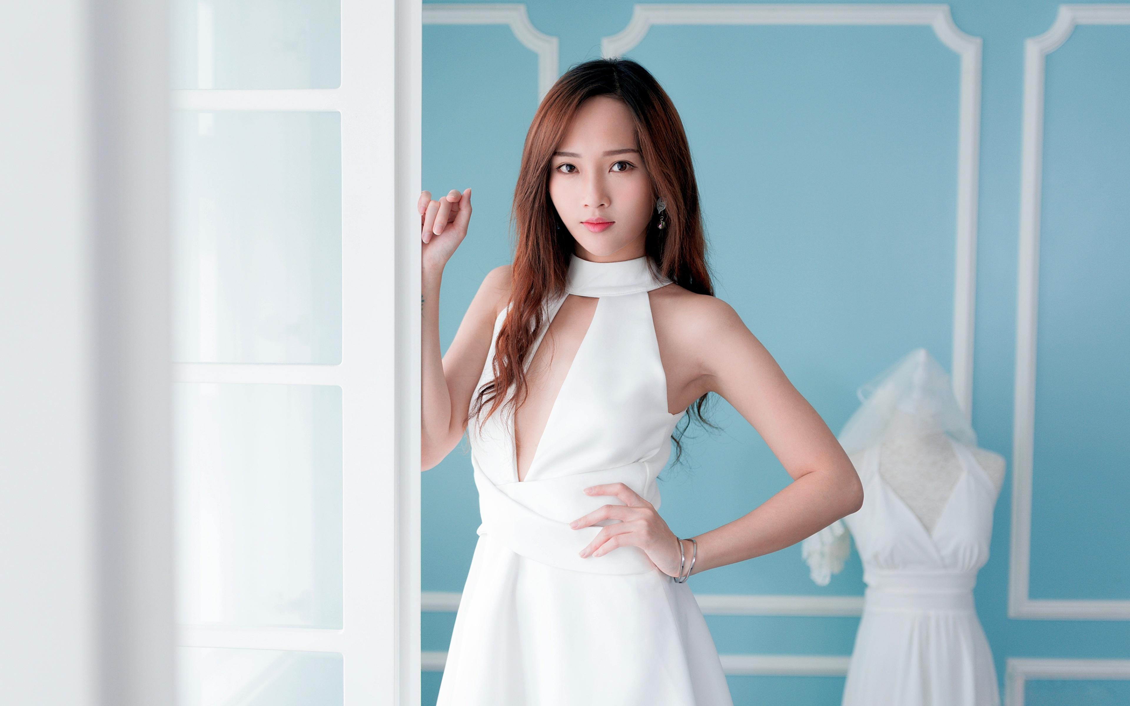 Tapeta dziewczyna z brązowymi włosami rozmazane tło młode kobiety azjatycka Ręce wzrok Sukienka 3840x2400 Szatenka brązowowłosa dziewczyna Bokeh dziewczyna Dziewczyny młoda kobieta Azjaci Spojrzenie