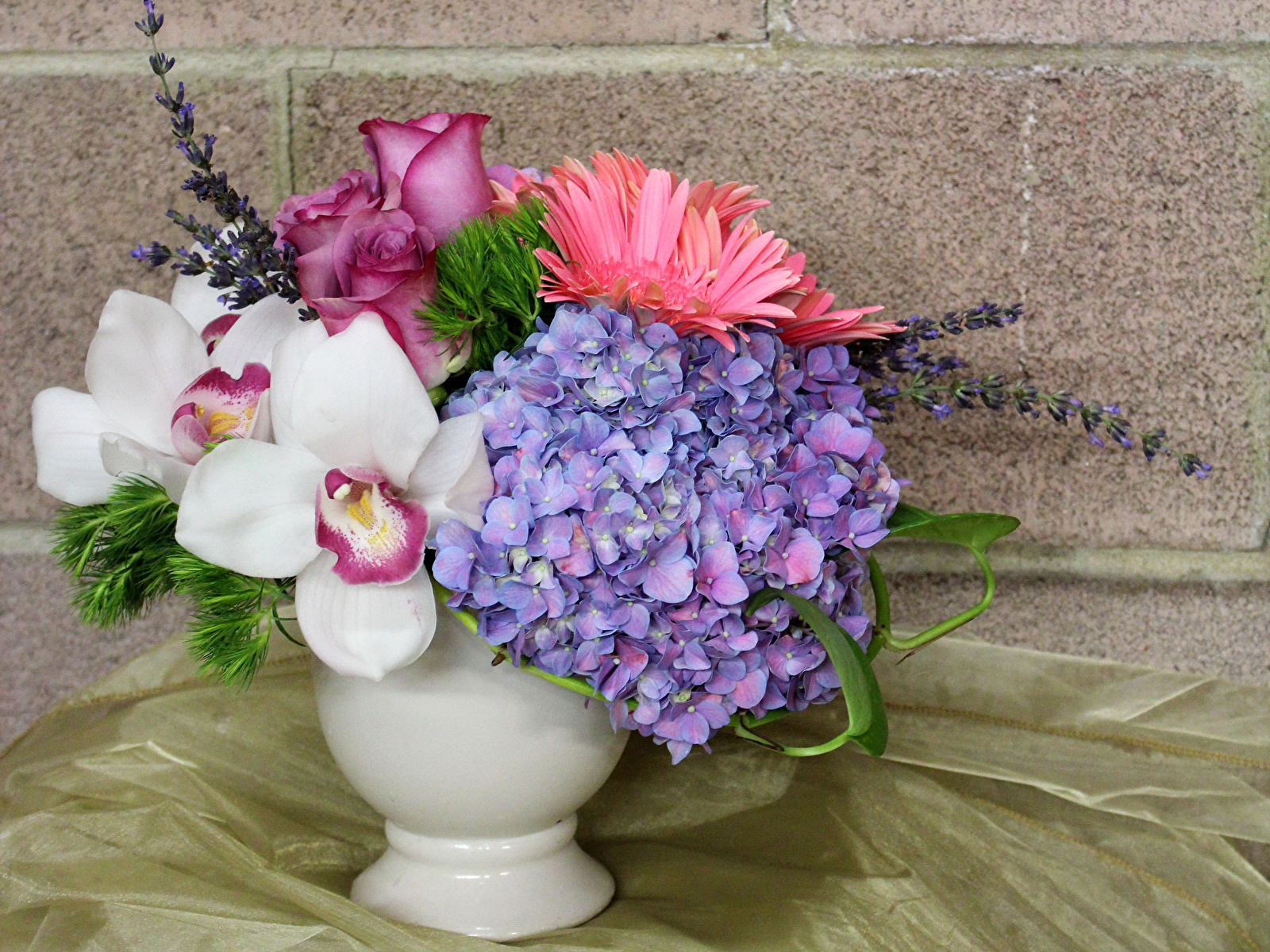 https://s1.1zoom.me/b5050/794/Bouquets_Orchid_Hydrangea_Roses_553518_1600x1200.jpg