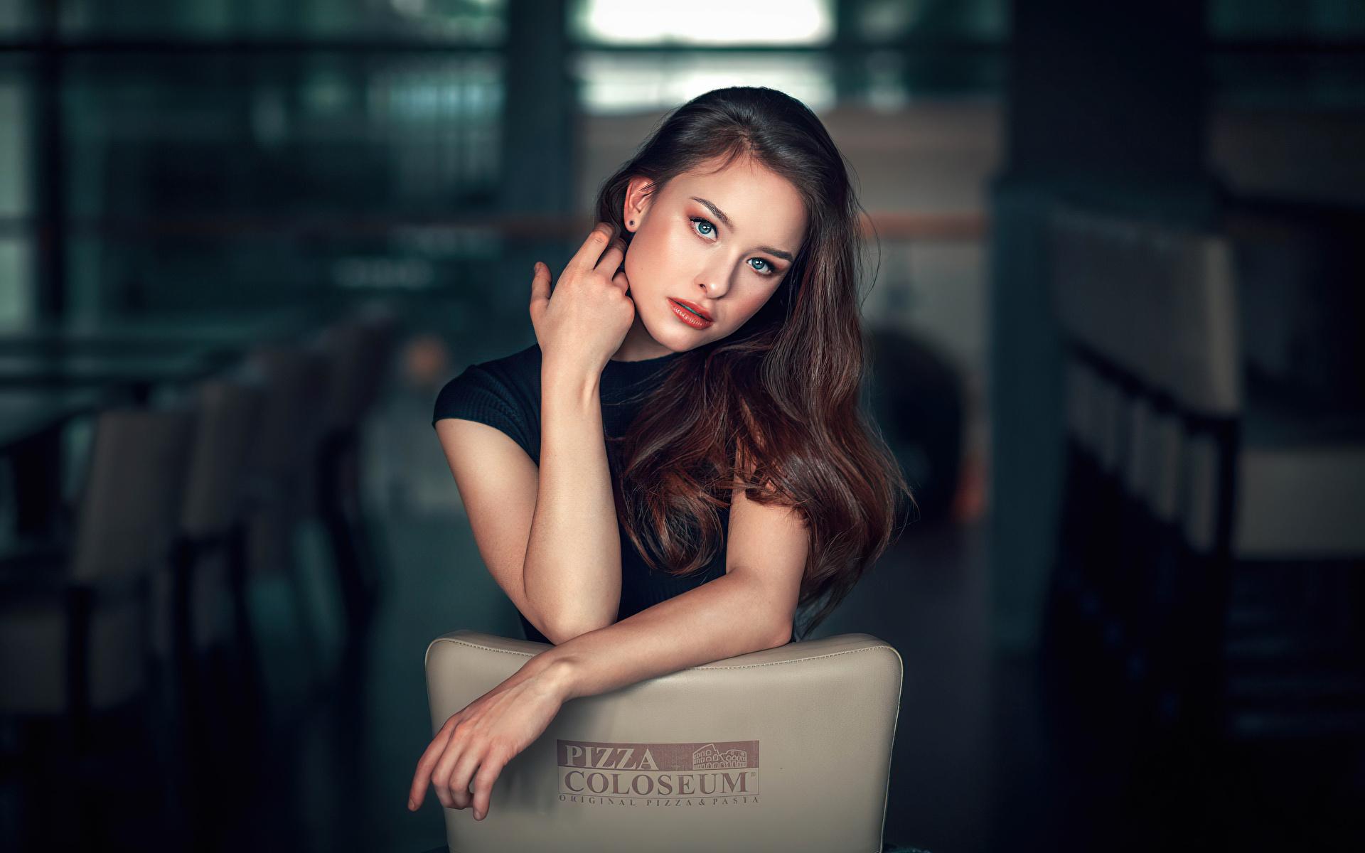 Фотография брюнетки Размытый фон девушка рука Взгляд 1920x1200 Брюнетка брюнеток боке Девушки молодая женщина молодые женщины Руки смотрит смотрят