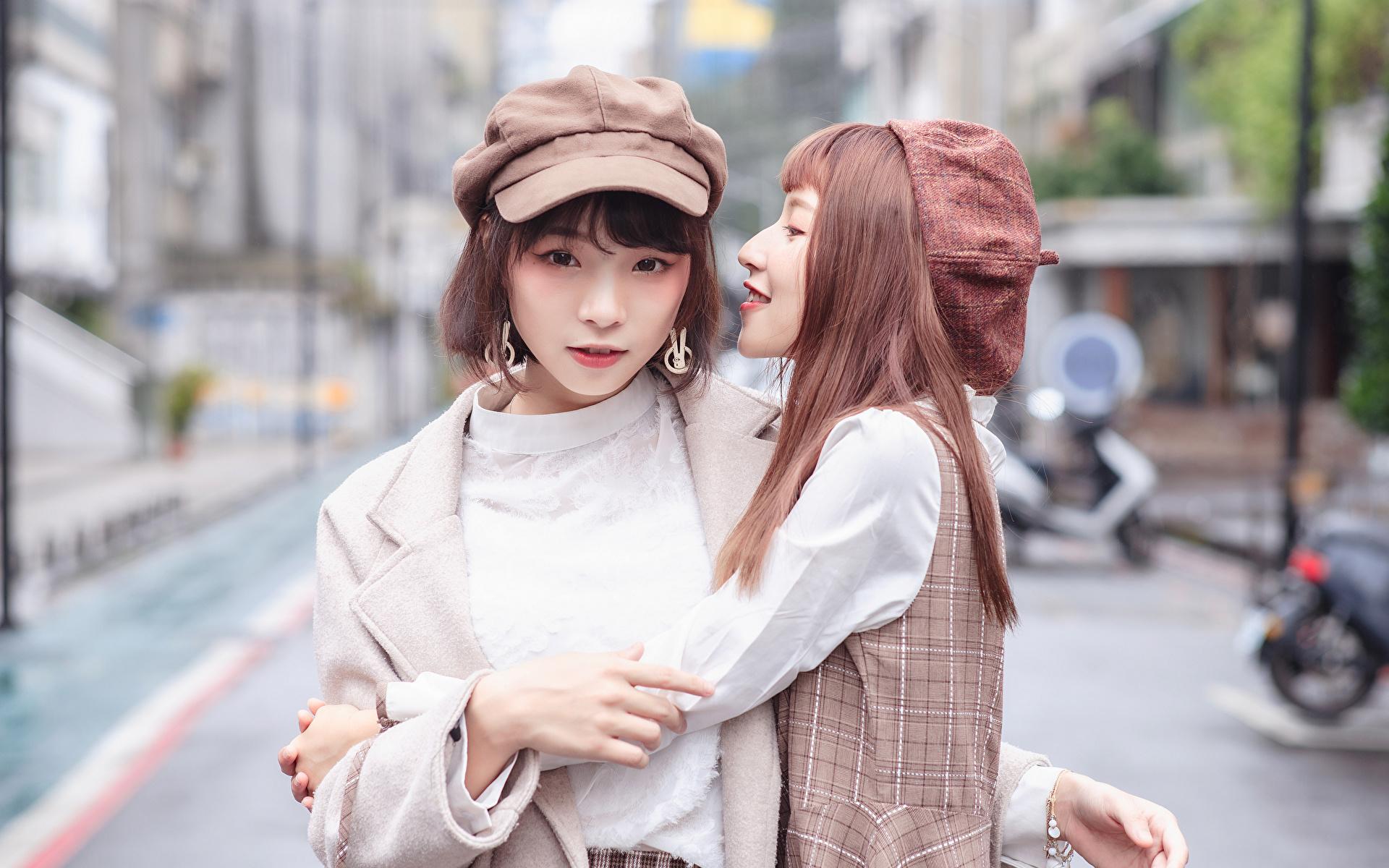 Achtergrond Bokeh Twee 2 Knuffelen jonge vrouw Aziaten Kijkt Baseballpet 1920x1200 onscherpe achtergrond knuffel knuffelt omhelzing Jonge vrouwen aziatisch