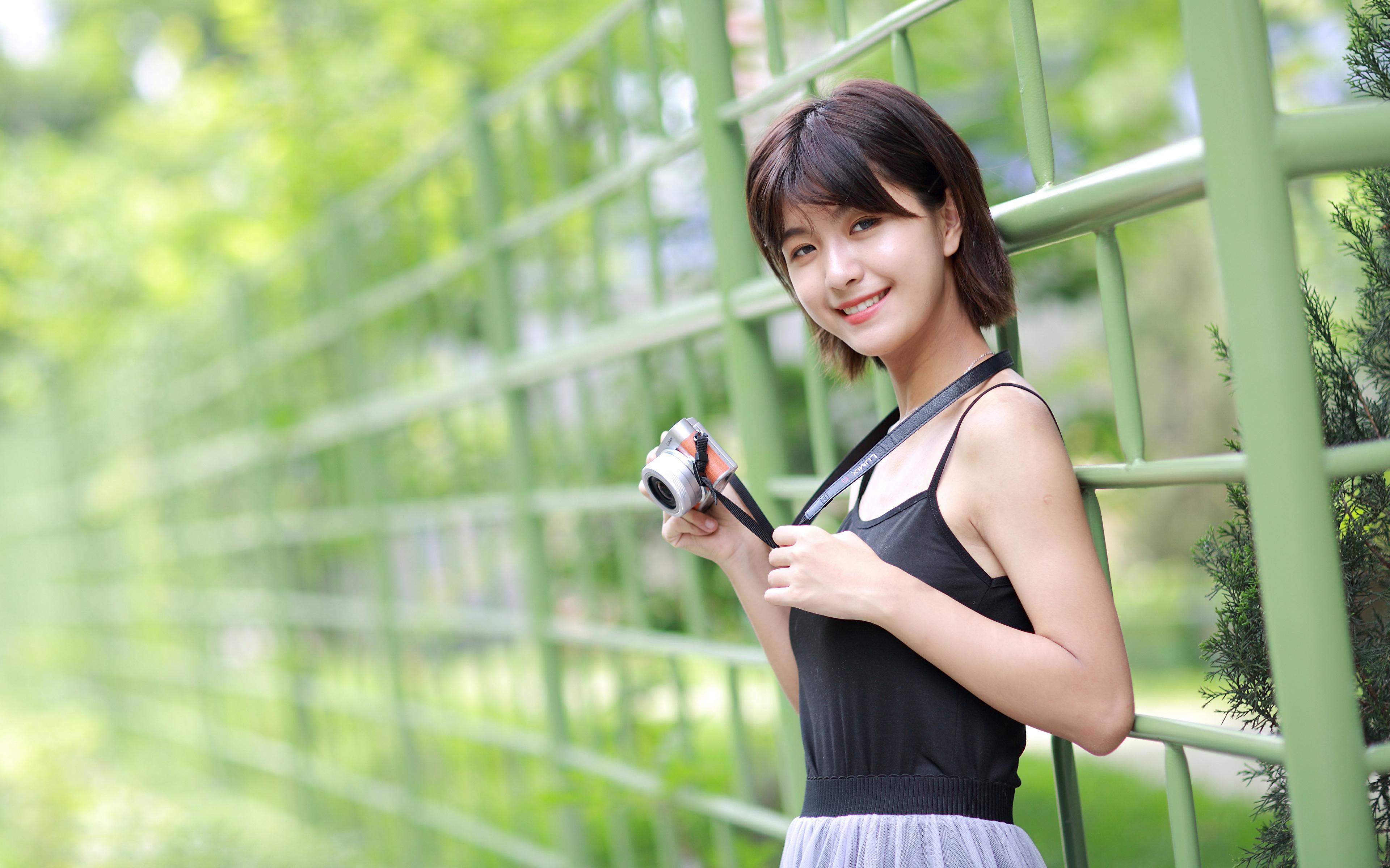 Fotos von Fotoapparat Lächeln Mädchens Asiatische Blick 3840x2400 junge frau junge Frauen Asiaten asiatisches Starren