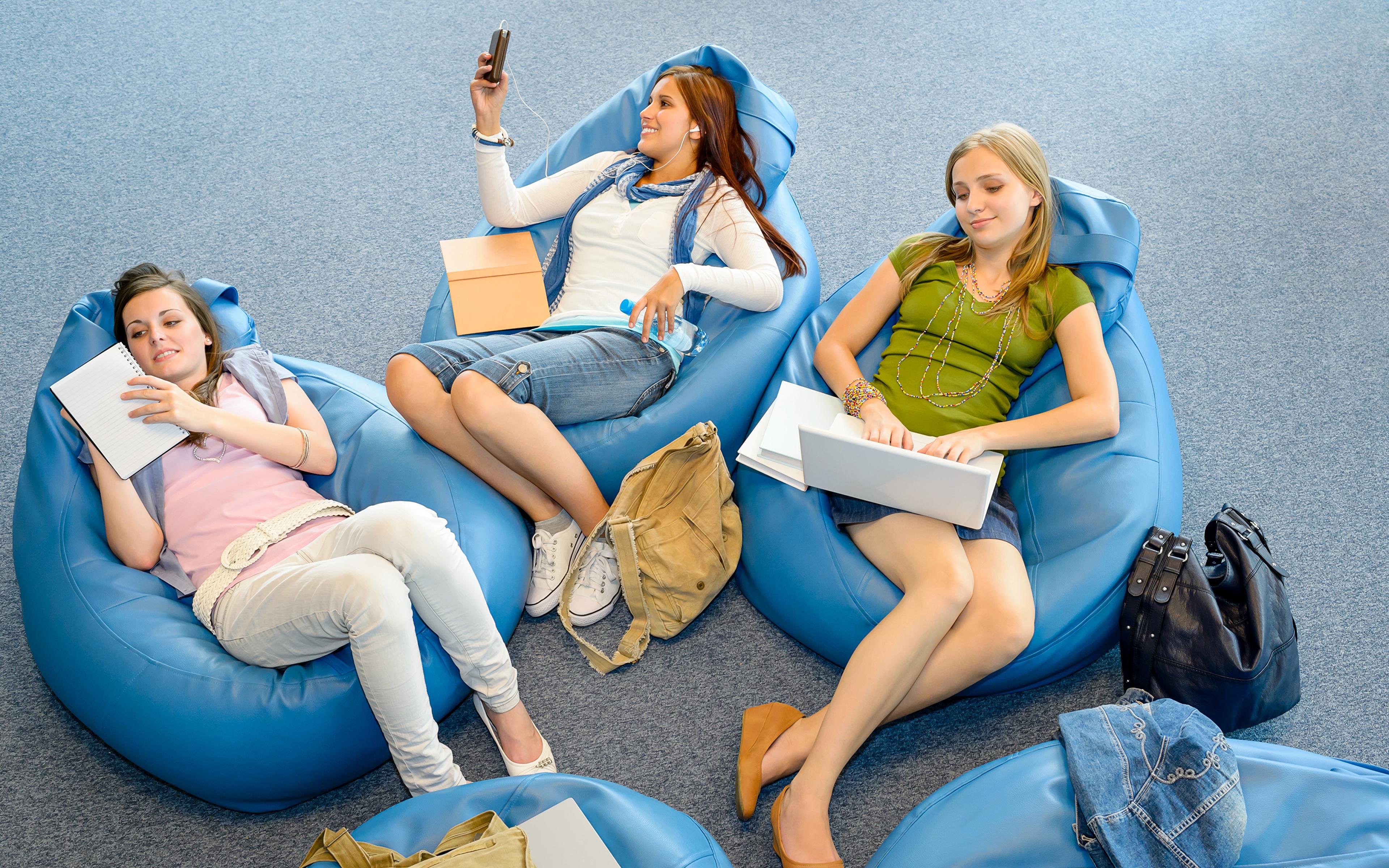 Bilder von Notebook Lächeln smartphones junge Frauen sitzt Drei 3 Handtasche 3840x2400 Smartphone Mädchens junge frau sitzen Sitzend