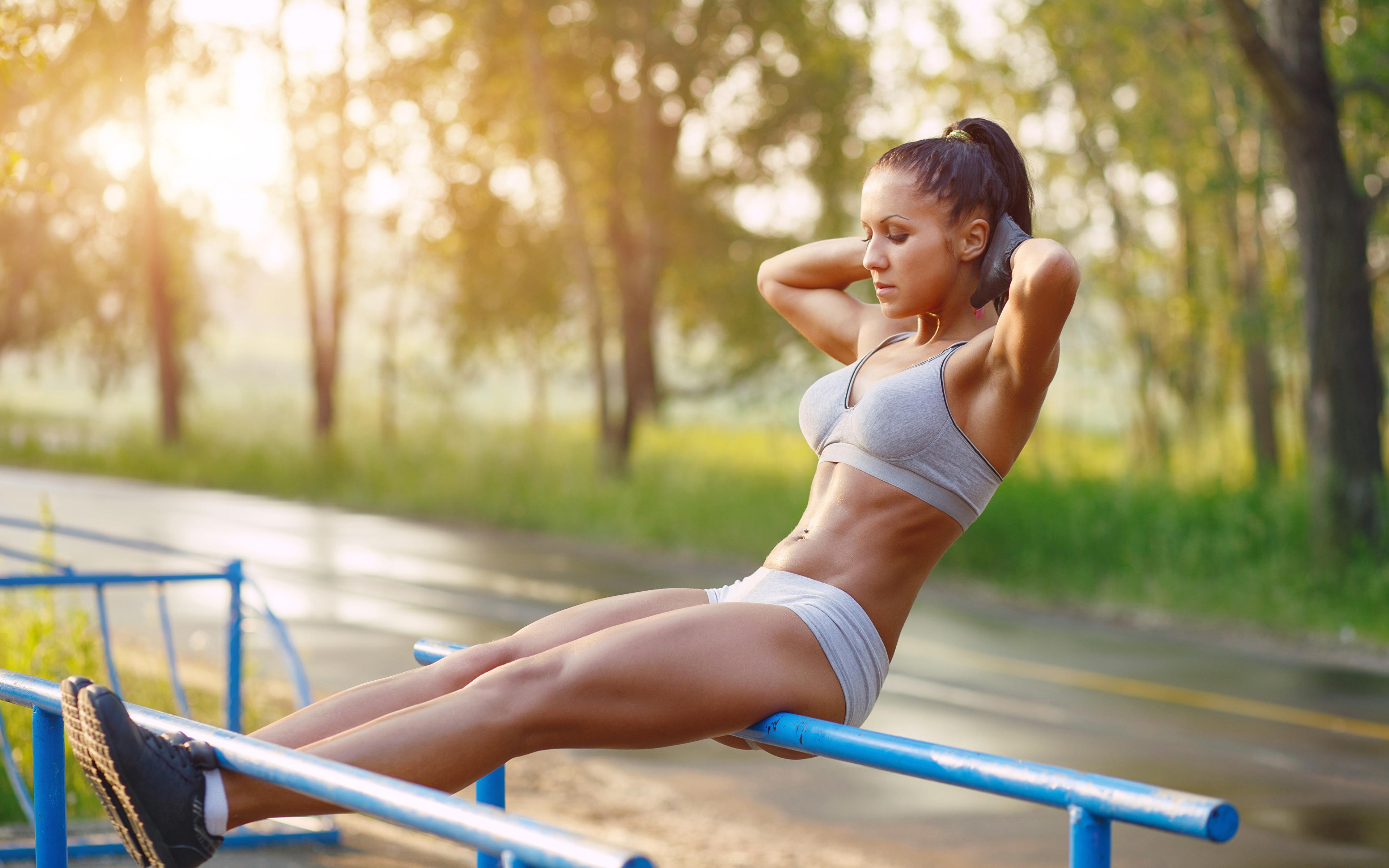 Desktop Hintergrundbilder Körperliche Aktivität Bokeh Fitness Sport Mädchens Bein Hand 3840x2400 Trainieren unscharfer Hintergrund junge frau sportliches junge Frauen