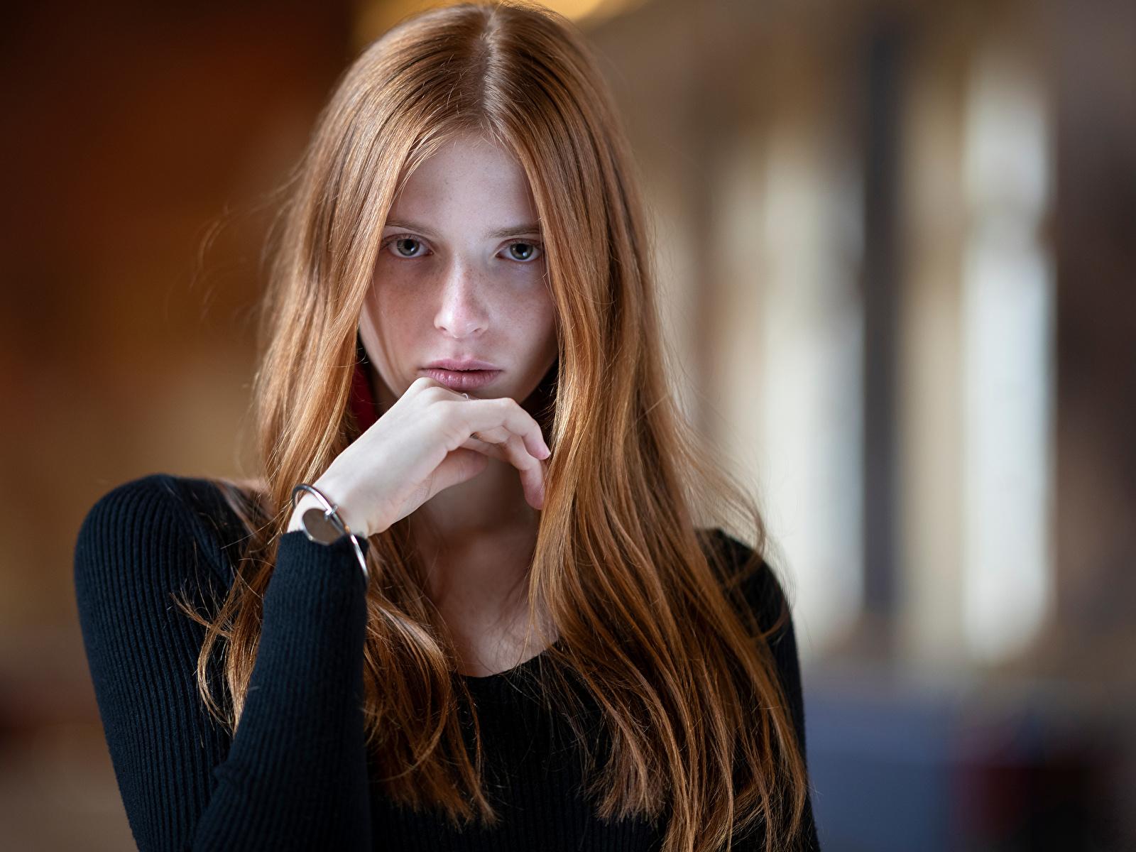 Bilder von Braunhaarige unscharfer Hintergrund Haar junge Frauen Hand Starren 1600x1200 Braune Haare Bokeh Mädchens junge frau Blick