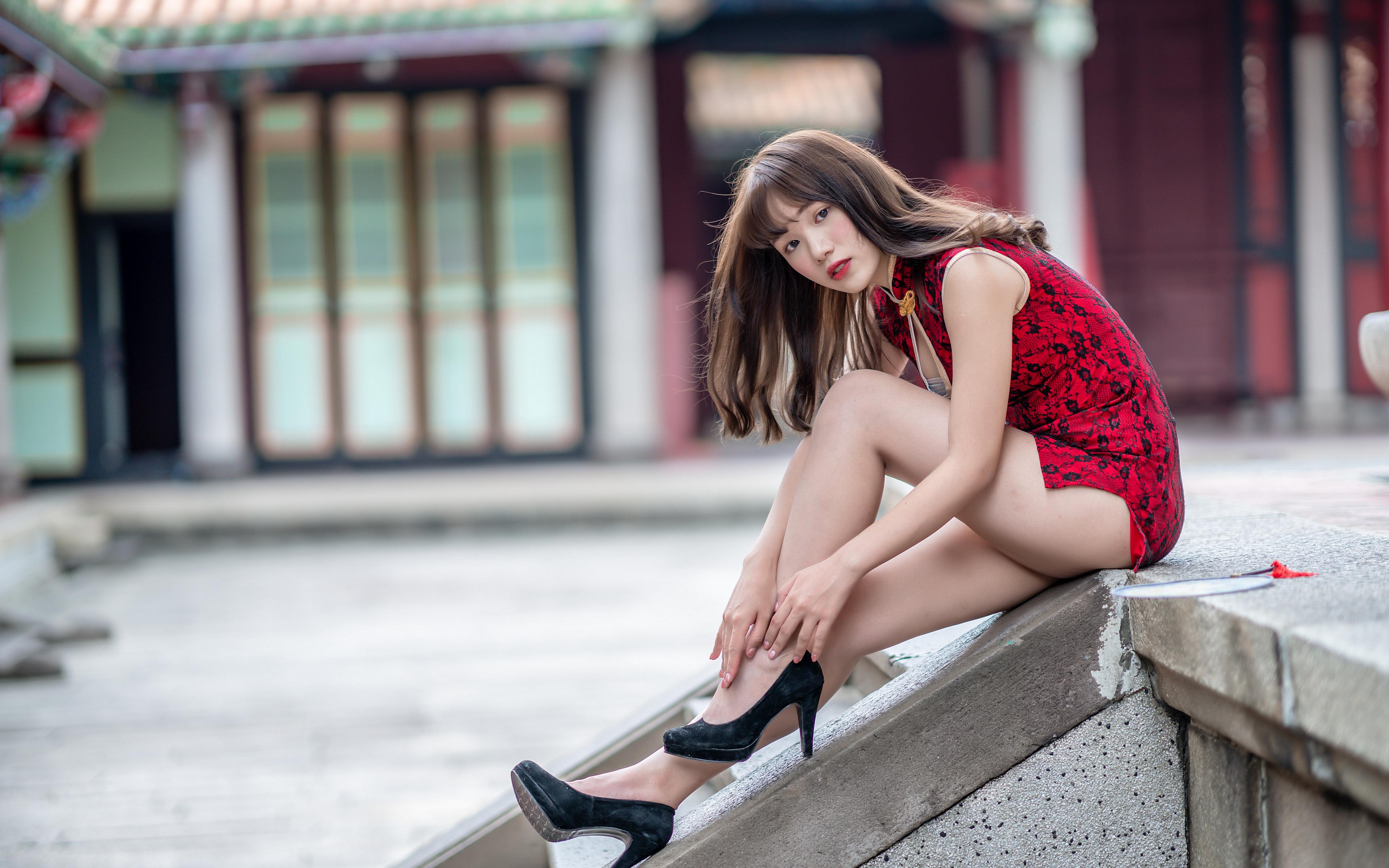 Desktop Hintergrundbilder Bokeh Mädchens Bein Asiaten sitzen Starren Kleid Stöckelschuh 3840x2400 unscharfer Hintergrund junge frau junge Frauen Asiatische asiatisches sitzt Sitzend Blick High Heels