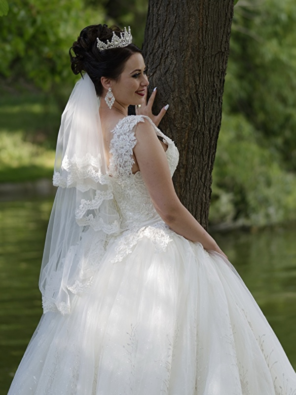 Novias <3 - Página 3 Jewelry_Crown_Dress_Brunette_girl_Smile_Bride_565905_600x800