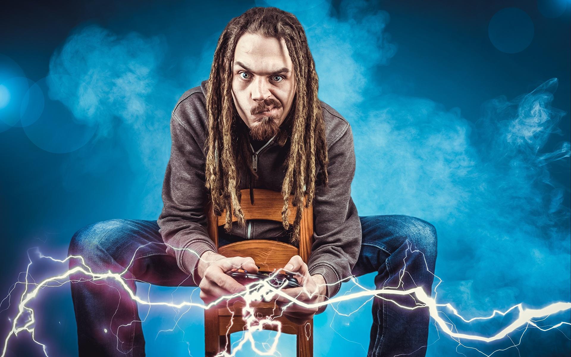Bilder von Mann gamer Blitz Dreadlocks Kreativ Sitzend Blick 1920x1200 Dreads Starren