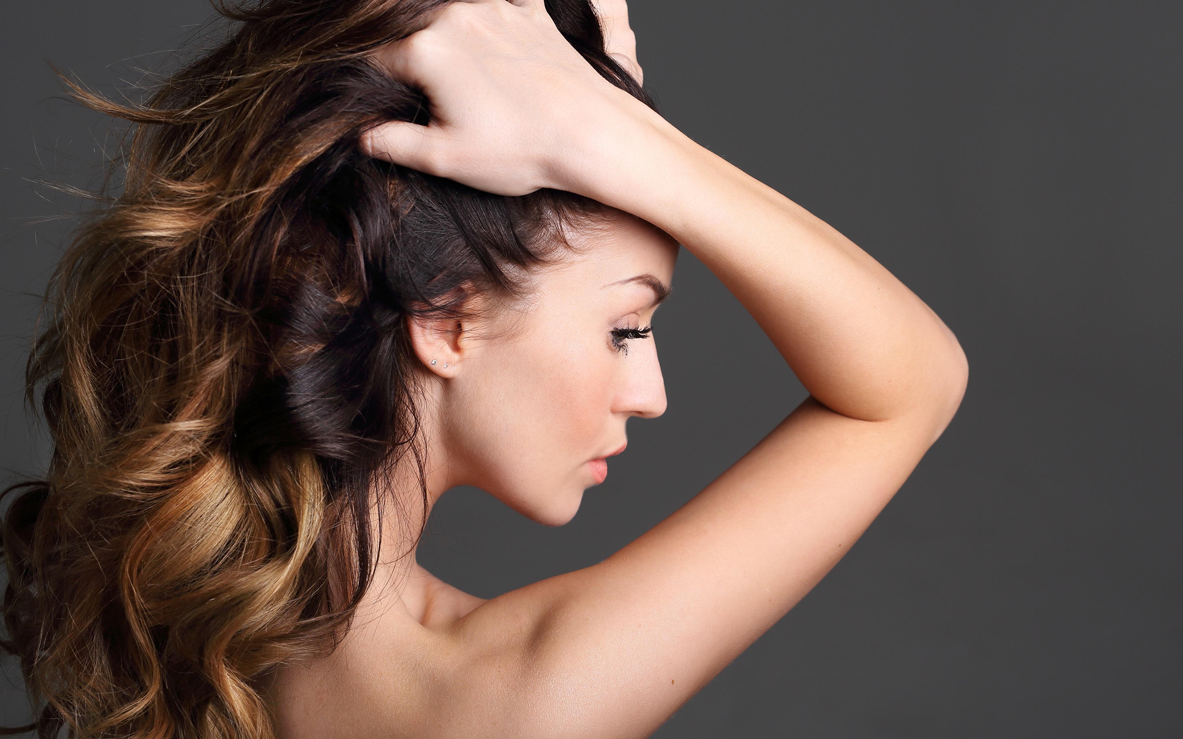 Fotos von Model Haar junge frau Hand Hinten Grauer Hintergrund 3840x2400 Mädchens junge Frauen