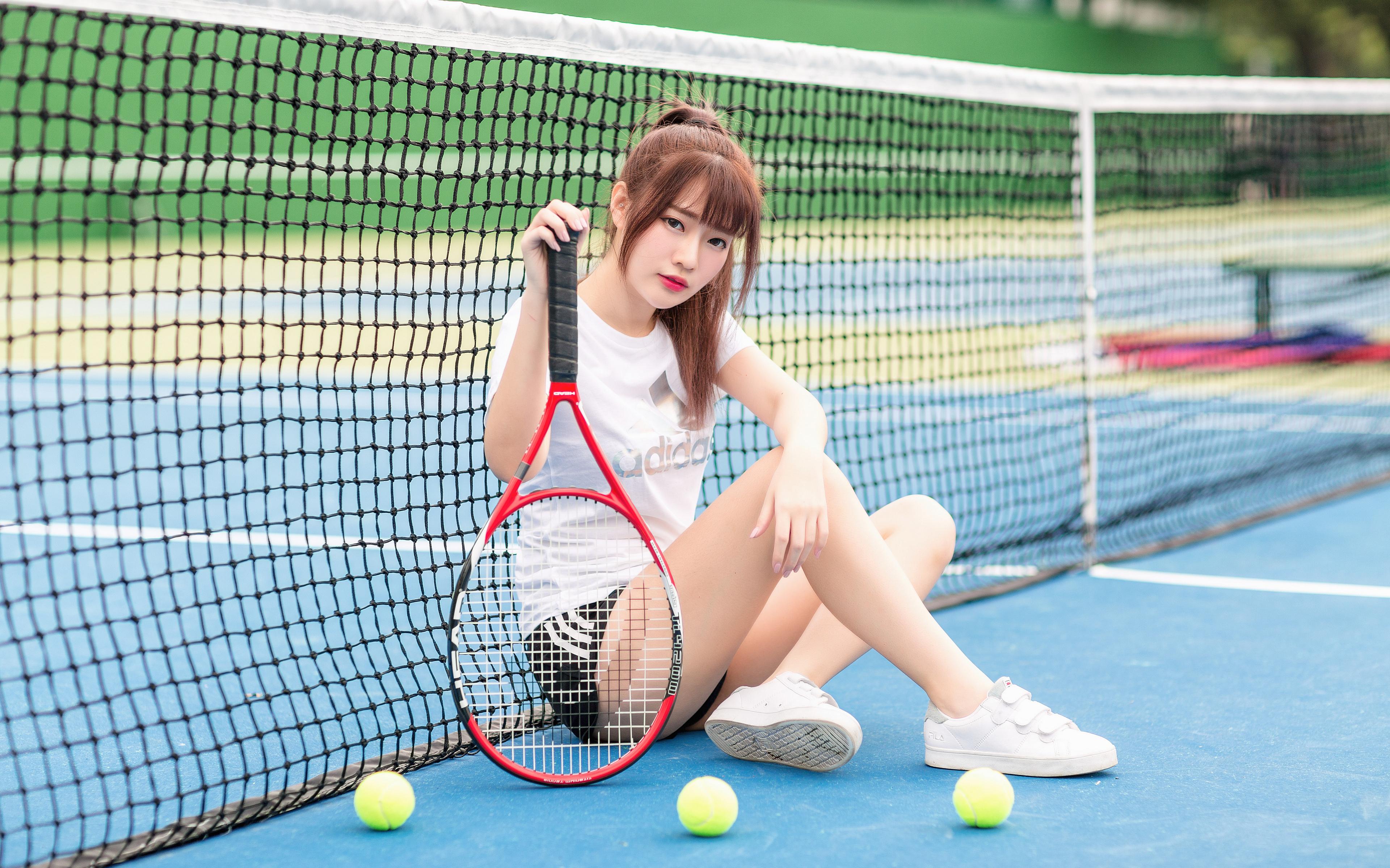Bilder von Sportnetze junge frau Bein Tennis asiatisches Ball sitzt Blick 3840x2400 Mädchens junge Frauen Asiaten Asiatische sitzen Sitzend Starren