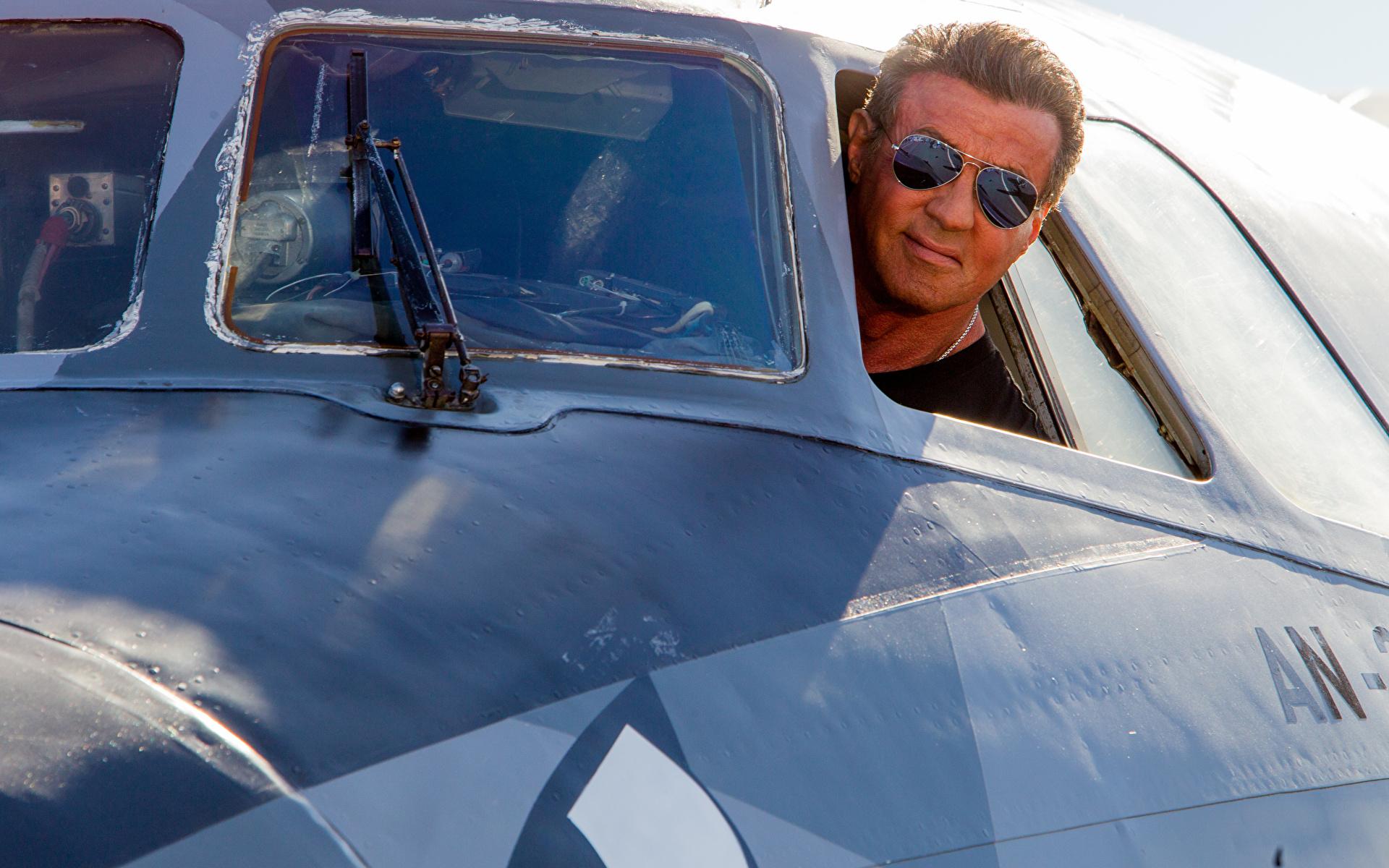 Картинки Неудержимые Sylvester Stallone Самолеты мужчина Фильмы Очки Знаменитости 1920x1200 Сильвестр Сталлоне Мужчины кино очков очках