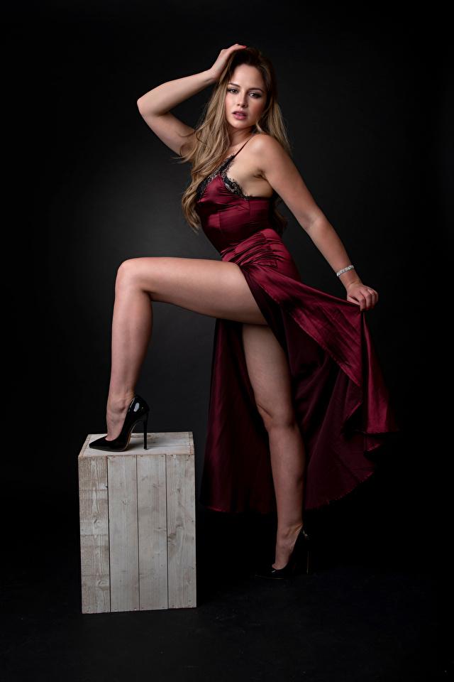 640x960 Katie Pose Vestido Pierna Contacto visual mujer joven, mujeres jóvenes, posando Chicas para móvil Teléfono