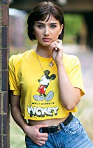 Hintergrundbilder Starren T-Shirt Hand Bokeh Abbie junge frau