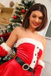 Hintergrundbilder Abigail B Neujahr Braune Haare Starren Lächeln Uniform junge frau