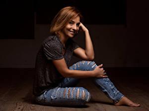 Fotos Erwachsene Frau Sitzend Jeans Unterhemd Rotschopf Lächeln