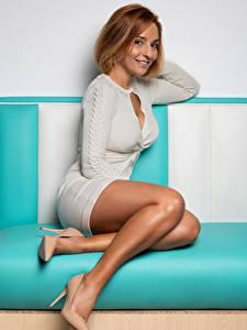 Hintergrundbilder Erwachsene Frau Sitzt High Heels Bein Kleid Lächeln Rotschopf