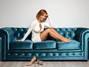 Fotos Erwachsene Frau Sofa High Heels Bein Kleid Lächeln Rotschopf