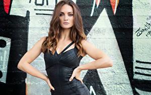 Fotos Model Posiert Kleid Starren Braune Haare Afriola junge frau
