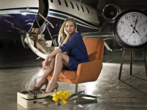 Fotos Flugzeuge Sessel Sitzend Bein Koffer Mädchens