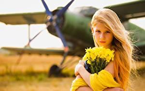 Fotos Flugzeuge Sträuße Unscharfer Hintergrund Blondine Starren Kleine Mädchen