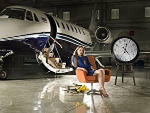 Fotos Flugzeuge Uhr Zifferblatt Sessel Sitzend Luftfahrt Mädchens