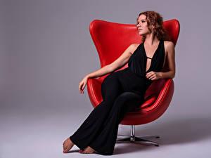 Fotos Sessel Sitzt Braune Haare Kleid Alba Morales junge frau