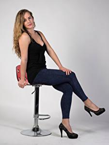 Desktop hintergrundbilder Blondine Sitzend Jeans Stöckelschuh Unterhemd Blick Alexandra Mädchens