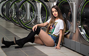 Fotos Model Sitzend Bein Shorts T-Shirt Stiefel Blick Alexis Contreras, laundry Mädchens