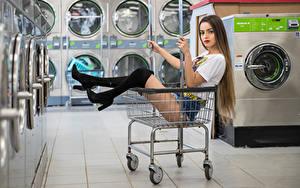 Hintergrundbilder Model Weidenkorb Sitzen Bein Stiefel Shorts T-Shirt Blick Alexis Contreras, laundry Mädchens