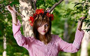 Hintergrundbilder Braune Haare Starren Hand Kranz Ast Unscharfer Hintergrund Amelie Emily Mädchens
