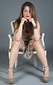 Hintergrundbilder Stuhl Sitzt Kleid Bein Blick Amina Mädchens