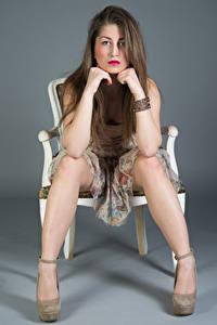 Desktop hintergrundbilder Stuhl Sitzt Kleid Bein Blick Amina Mädchens