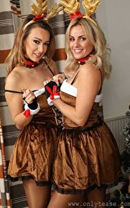 Fotos Amy Green Lauren Louise Zwei Blondine Dunkelbraun Blick Lächeln Uniform Mädchens