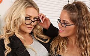 Bilder Amy S Only Siobhan Graves Zwei Braunhaarige Blond Mädchen Starren Brille Hand