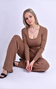 Hintergrundbilder Model Pose Sitzend Starren Blond Mädchen Anais Gouze junge Frauen