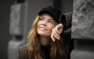 Bilder Gesicht Blick Lächeln Hand Baseballmütze Dunkelbraun Anastasiya Scheglova Mädchens