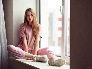 Fotos Fenster Sitzend T-Shirt Schuhsohle Starren Anna, Evgeniy Bulatov junge frau