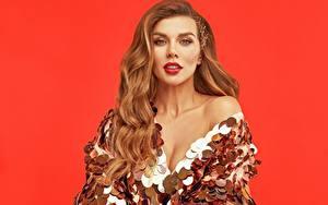 Fotos Anna Sedokova Roter Hintergrund Kleid Schminke Lächeln Blick Prominente Mädchens