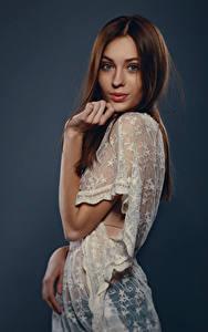 Hintergrundbilder Viacheslav Krivonos Braune Haare Posiert Pose Kleid Farbigen hintergrund Junge frau Anna Mädchens