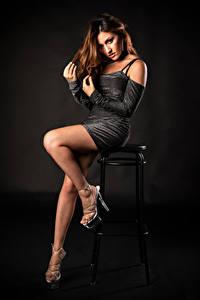 Bilder Model Stuhl Posiert Bein Kleid Starren Antea Mistica Mädchens