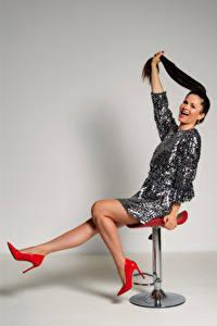 Fotos Sessel Sitzend Brünette Bein Stöckelschuh Kleid Antonija junge frau