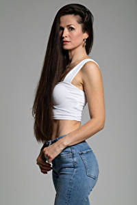 Bilder Brünette Posiert Hand Unterhemd Haar Starren Grauer Hintergrund Antonija junge frau