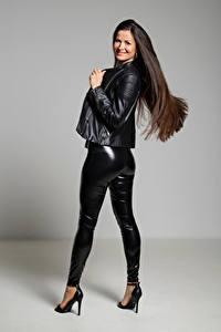 Bakgrunnsbilder Brunette jente Posere Smil Lateks Bukse Jakke Ser Antonija ung kvinne