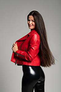 Bakgrunnsbilder Brunette jente Smil Posere Jakker Bukse Lateks Rumpe Antonija Unge_kvinner
