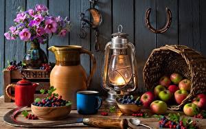 Fotos Äpfel Beere Blumensträuße Petroleumlampe Stillleben Wasserkessel Weidenkorb Schüssel Vase Becher Löffel Kannen  das Essen Blumen