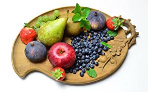 Hintergrundbilder Äpfel Birnen Erdbeeren Echte Feige Weintraube Heidelbeeren Obst Weißer hintergrund Schneidebrett