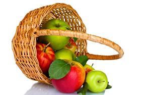 Hintergrundbilder Äpfel Weidenkorb Weißer hintergrund Lebensmittel